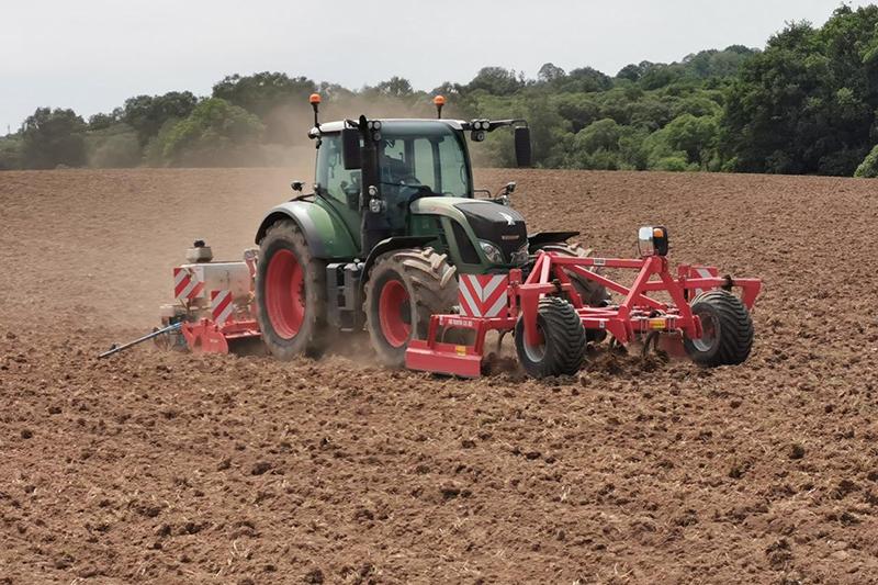 Semis de maïs avec un tracteur
